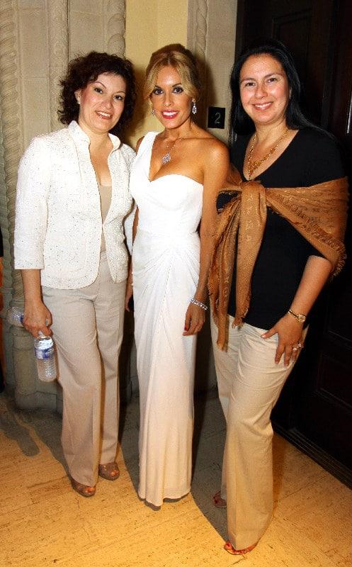 Amanda Camarena, Claudia Carrillo y Berenice Blake.JPG