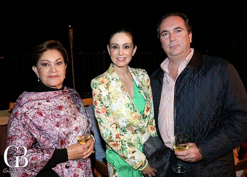 Hermelinda Vargas con Julia y Roberto Encinas