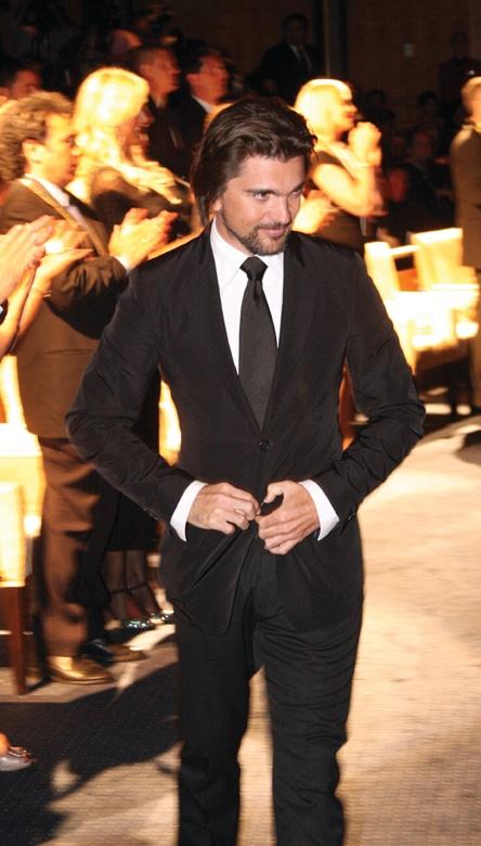 Juanes receiving the Vision Award.JPG