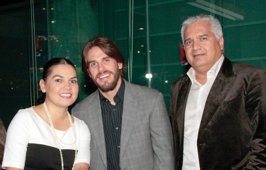 Karla y Manolo Pasero con Mario Gonzalez