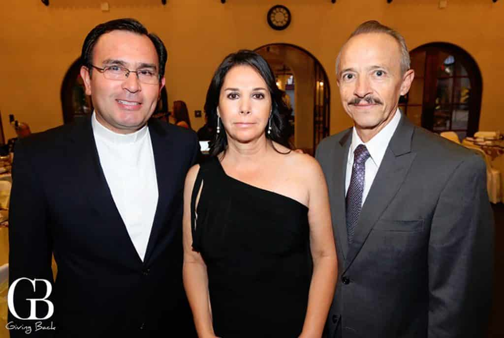 Sacerdote Carlos Castillo con Laura y Manuel Trigo