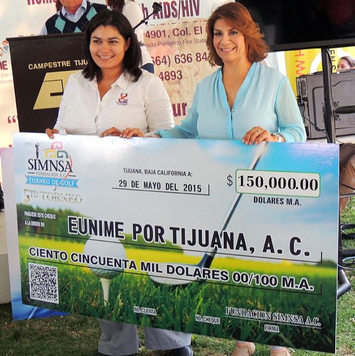 Sylvia Carrillo Entregando el cheque a Eunime